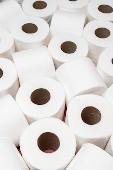 Hoge laadhoek van toiletpapierrollen