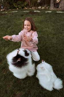 Hoge mening honden spelen met meisje