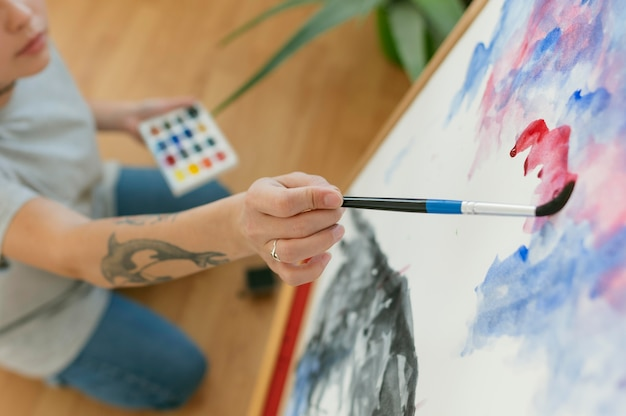 Hoge mening persoon die een schilderij maakt