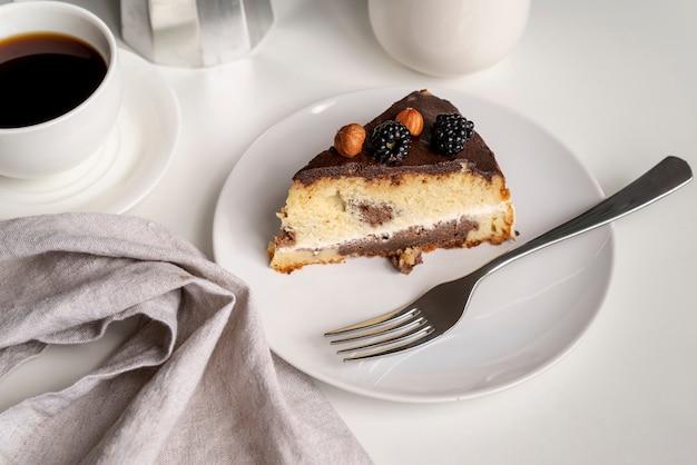 Hoge mening plakje cake met koffie