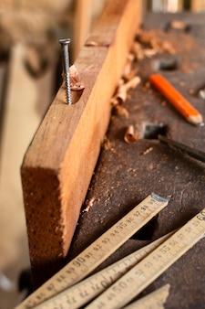 Hoge mening spijker gehamerd op hout