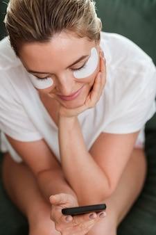 Hoge mening vrouw met oogmasker patches