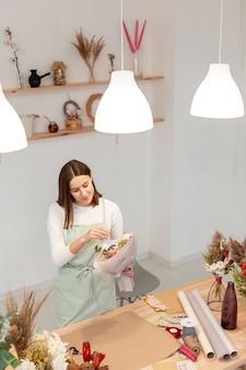 Hoge mening zakenvrouw werken in haar eigen winkel