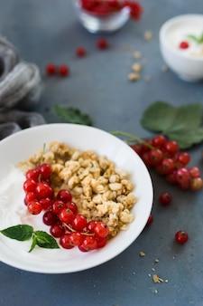 Hoge meningsplaat met gezond voedsel vage achtergrond