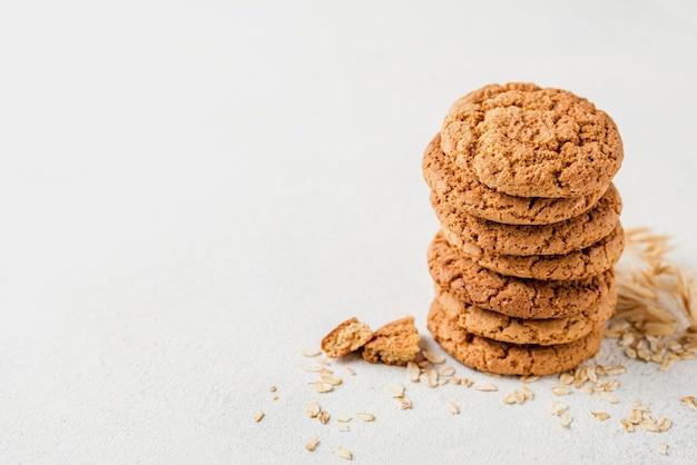 Hoge meningsstapel van koekjes op witte exemplaar ruimteachtergrond