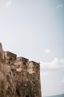 Hoge muren van een stenen kasteel