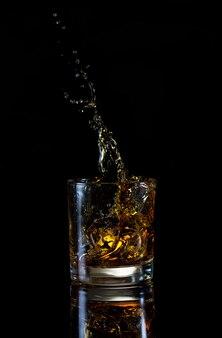 Hoge plons in glas whisky