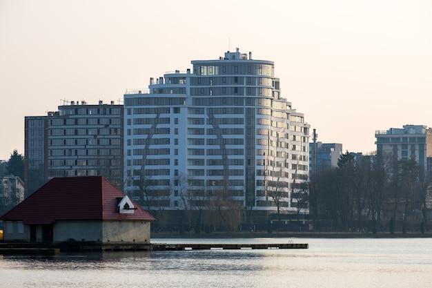 Hoge residentiële flatgebouwen in aanbouw aan de oever van het meer. vastgoed ontwikkeling.