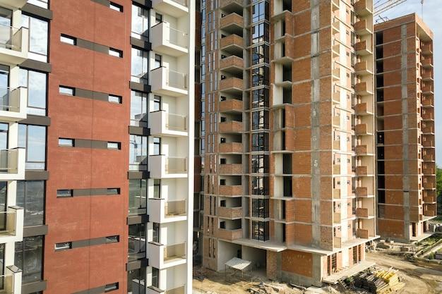 Hoge residentiële flatgebouwen in aanbouw. vastgoed ontwikkeling.