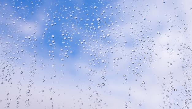 Hoge resolutie waterdruppels op vensterglas