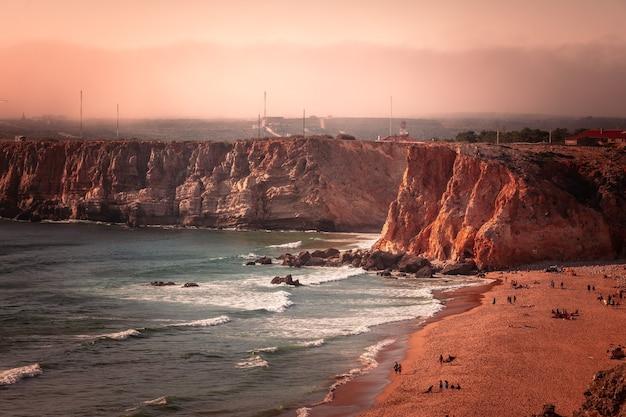 Hoge rode kliffen rond de kaap van sao vicente in de zuidwestelijke hoek van portugal, in de algarve