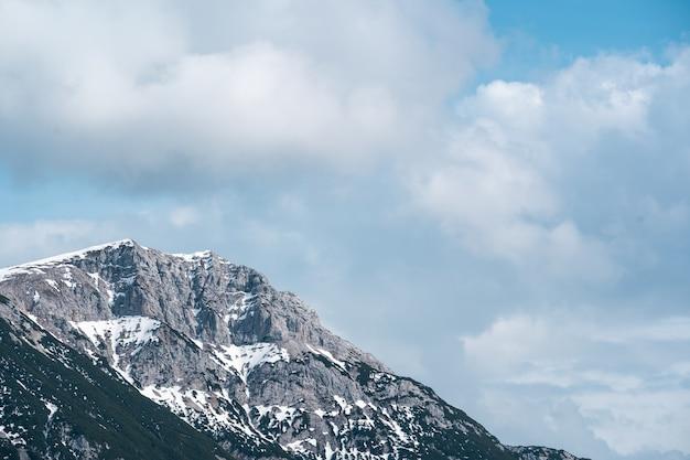 Hoge rotsachtige berg onder de bewolkte hemel