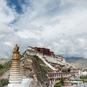 Hoge sectiemening van stupa met potala-paleis op de achtergrond, lhasa, tibet, china