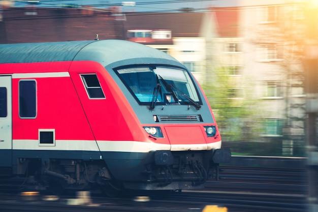 Hoge snelheid passagierstrein op sporen in beweging