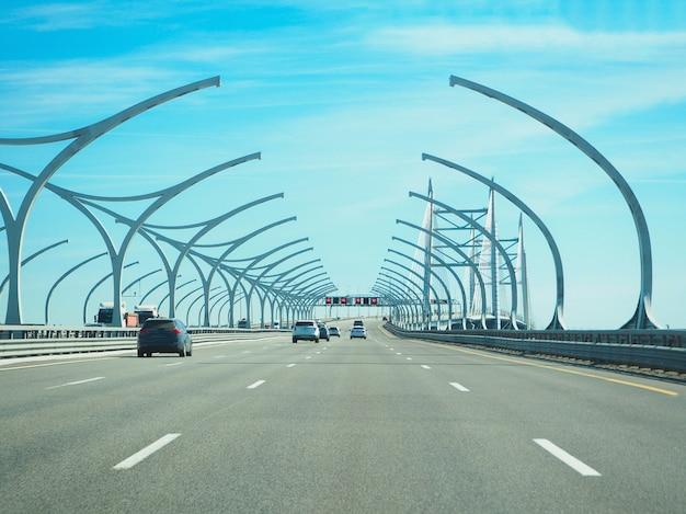 Hoge snelheid stedelijke snelweg in zonnige dag