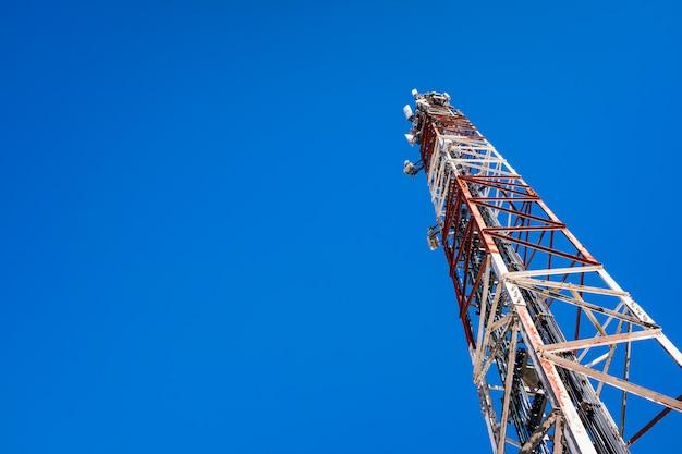 Hoge telecommunicatietoren, met antennes voor mobiele telefoons die radiocellen creëren