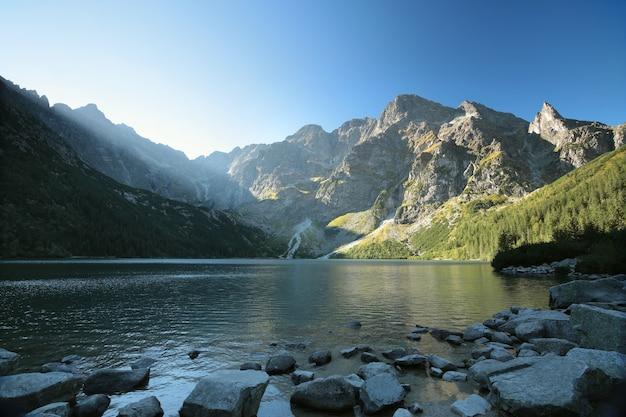 Hoge toppen van de karpaten aan de rand van het meer