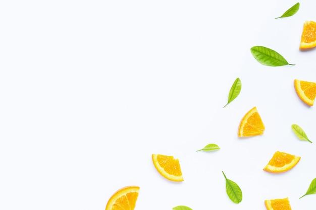 Hoge vitamine c, sappig en zoet. vers oranje fruit met groene bladerenachtergrond