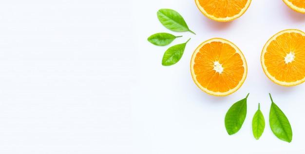 Hoge vitamine c, sappig en zoet. vers oranje fruit op wit.