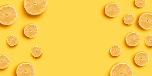 Hoge vitamine c, sappig en zoet. vers oranje oranje fruitpatroon op een gele achtergrond voor een banner of poster. kopieer ruimte