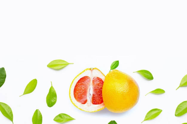 Hoge vitamine c. sappige grapefruit met bladeren. kopieer ruimte