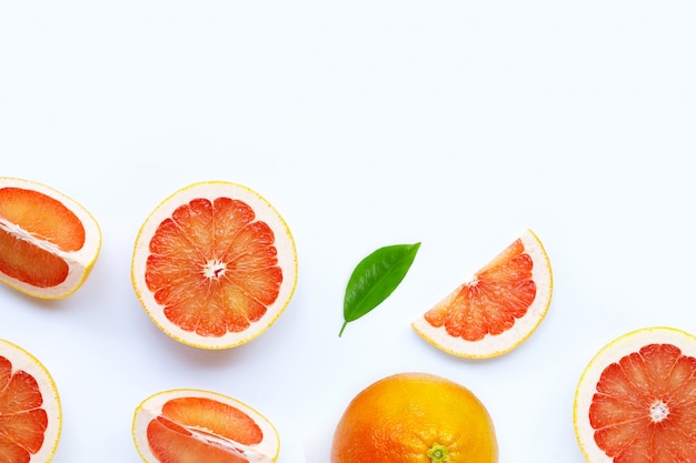 Hoge vitamine c. sappige grapefruit op wit.