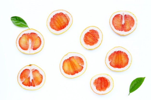 Hoge vitamine c. sappige grapefruitplakken op wit.