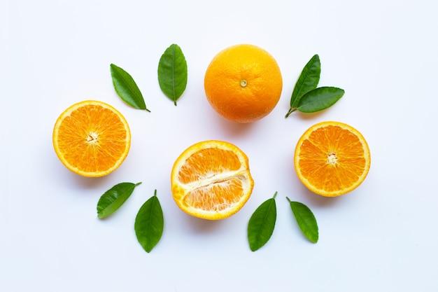 Hoge vitamine c. verse oranje citrusvruchten met bladeren geïsoleerd op wit