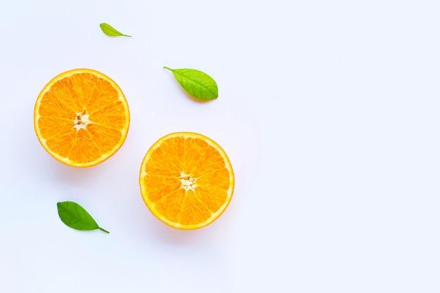 Hoge vitamine c. verse oranje citrusvruchten met bladeren geïsoleerd op wit.