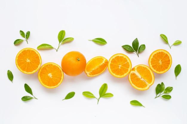 Hoge vitamine c. verse oranje citrusvruchten met bladeren op wit worden geïsoleerd.