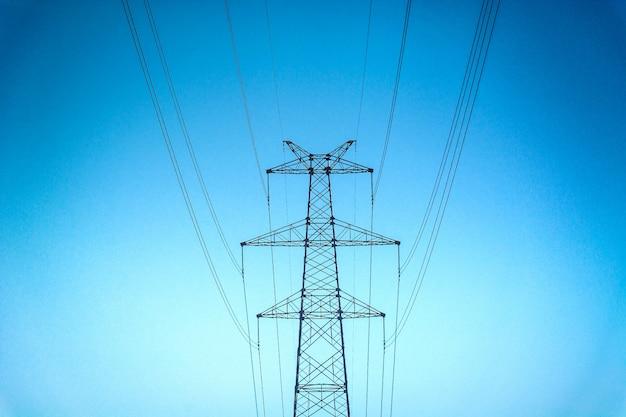 Hoge voltage post.high-voltage toren hemel achtergrond.