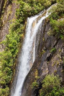 Hoge waterval in de buurt van franz joseph glacier, nieuw-zeeland