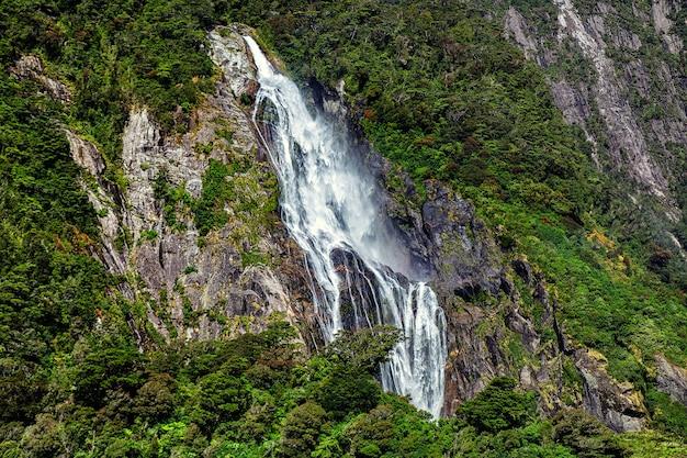 Hoge waterval in milford sound, foto genomen vanaf de cruiseferry.