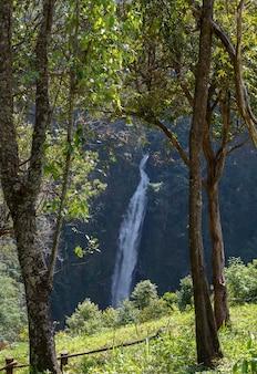 Hoge waterval vanaf de berg.