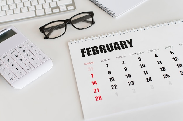 Hoge weergave briefpapier februari maandkalender