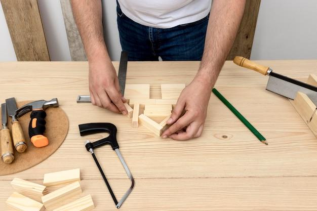 Hoge weergave handen en hout