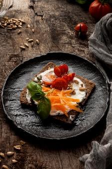 Hoge weergave heerlijke toast segment met kerstomaatjes