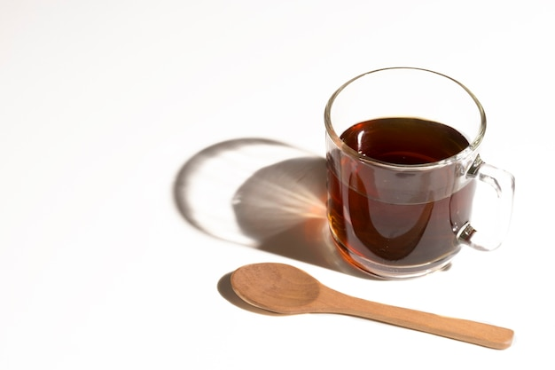 Hoge weergave koffie en schaduw met lepel