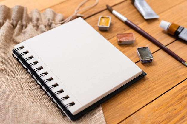Hoge weergave kopie ruimte notebook en acryl