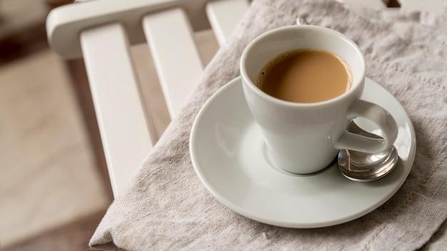 Hoge weergave kopje koffie op tafel