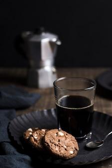 Hoge weergave koude koffie met koekjes