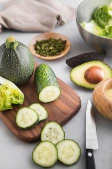 Hoge weergave plakjes komkommer op snijplank