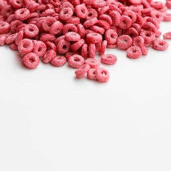 Hoge weergave roze ontbijtgranen met fruitig