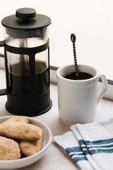 Hoge weergave 's ochtends koffie en snacks