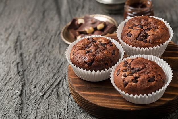 Hoge weergave smakelijke cupcake met chocolade