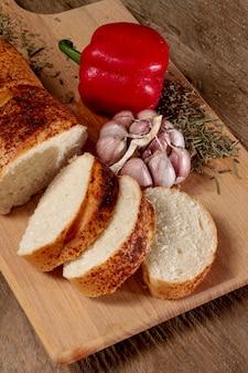 Hoge weergave sneetjes brood met paprika
