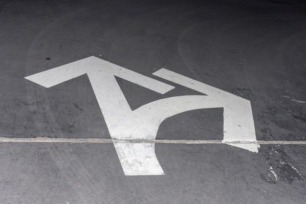 Hoge weergave straat witte pijlen voor richting