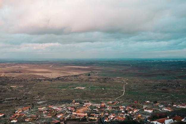 Hoge weergave van een mozaïeklandschap op een bewolkte dag. spanje velden landschap. kleine witte huizen van het dorp