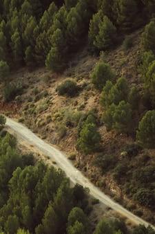 Hoge weergave van een weg tussen natuurlijk landschap