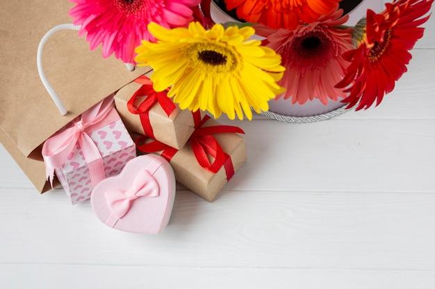 Hoge weergave van gerberabloemen en geschenken